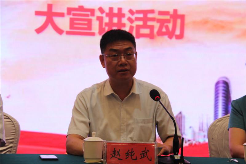 党的十九大代表,郑州圆方集团党委书记,总裁薛荣作报告